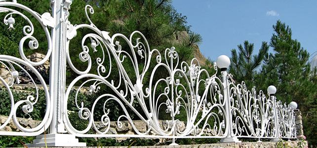 Создание изящных кованых оград и ворот