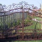 Чугунные ворота на приусадебном участке