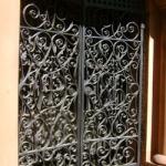 Кованые ворота также являются украшением склепов