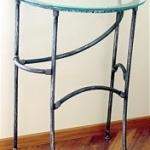 Изящный кованый столик, легко вписывается в дизайн ванной комнаты