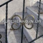 Кованые ограды и барьеры хорошо сочетаются с гранитными архитектурными элементами, популярными в городах