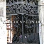 Великолепный растительный орнамент ворот привлечет глаз любого случайного пешехода