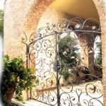 Кованые ворота с использованием барочных элементов
