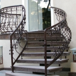 Украшение лестничных перил - одна из тех традиций старины, которая прекрасно прижилась в современности