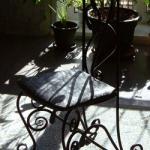 Изящный кованый стул прекрасно смотрится и в современных интерьерах