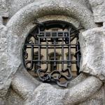Кованые решетки великолепно смотрятся на окнах домов, выполненных из цельного камня