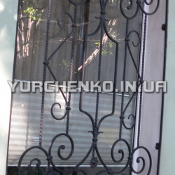 Изящные волюты в структуре решетки всегда украшают окно