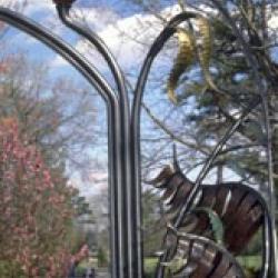 Современная кованая ограда с использованием растительного орнамента