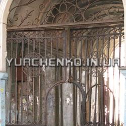 Кованая решетка над воротами содержит восточные узоры