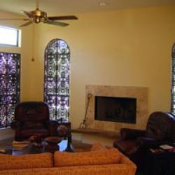 Современный интерьер гостиной с использованием кованых решеток и предметов быта