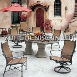 Кованые кресла и обеденный стол для завтраков и обедов на свежем воздухе