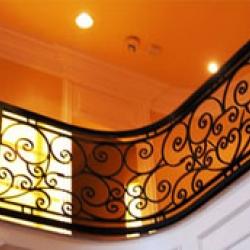 Кованая лестница в современном здании