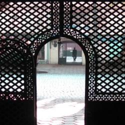 Кованые ворота с геометрическим рисунком хорошо сочетаются с любым архитектурным стилем