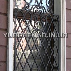 Изысканные решетки на окнах хорошо оттеняют здания в классическом стиле